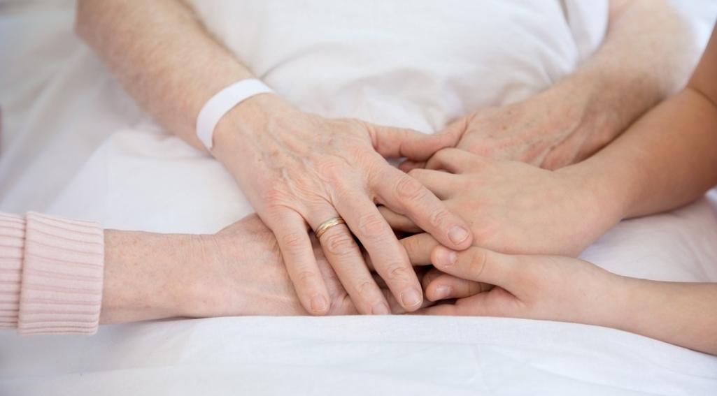 Osoba niepełnosprawna w domu – leżenie w łóżku, pionizacja i profilaktyka odleżyn