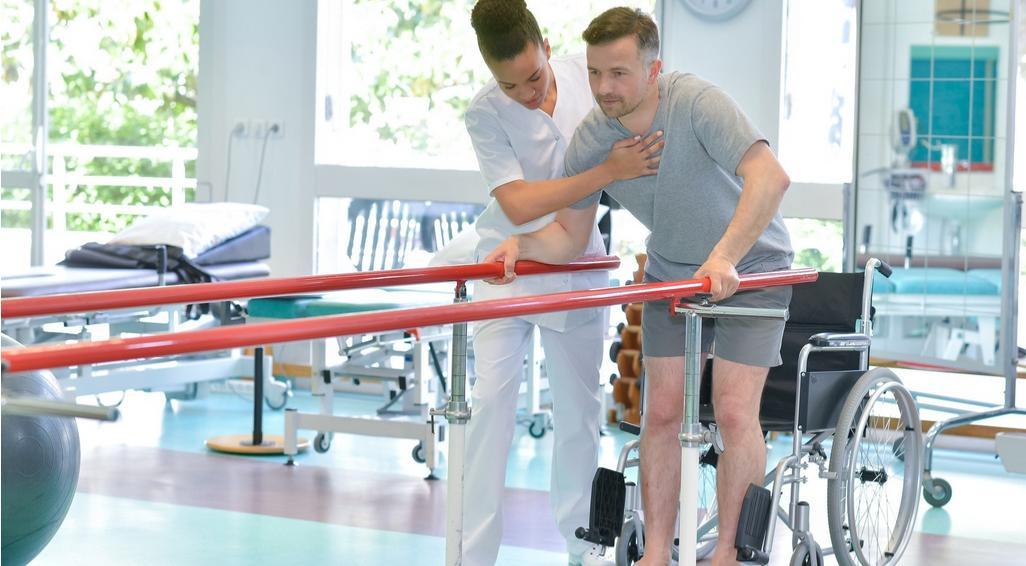 Rehabilitacja po udarze mózgu – nadaktywność i początki rehabilitacji