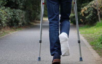Kule łokciowe i balkonik do chodzenia – jak dobrać i chodzić?