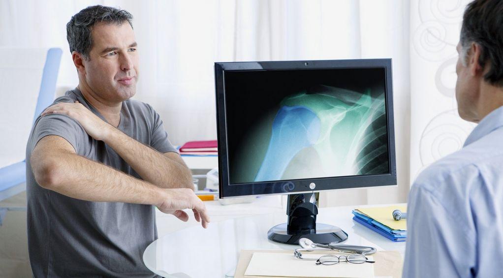 Zwyrodnienie stawu barkowego (ramiennego) – objawy, przyczyny, leczenie, rehabilitacja