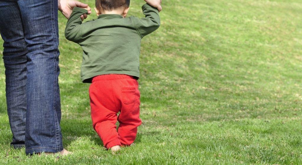 Chodzenie dziecka za rączki czy to dobry pomysł?