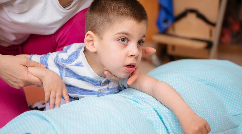 Dziecko z niepełnosprawnością – leżenie w łóżku, pionizacja i profilaktyka odleżyn