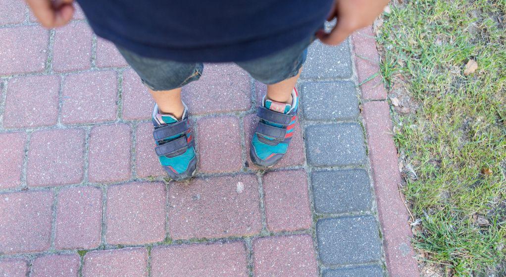 Dlaczego moje dziecko stawia stopę (nóżki) do środka?