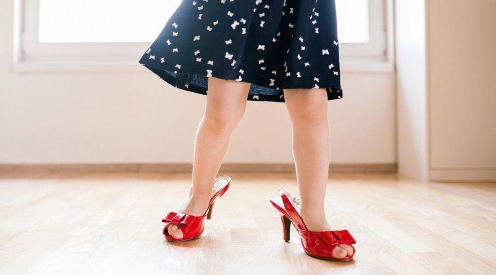Nastolatka w obcasach a możliwe wady stóp i wady postawy