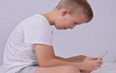 Głowa wysunięta do przodu u dzieci (protrakcja głowy) – objawy, przyczyny, leczenie, rehabilitacja