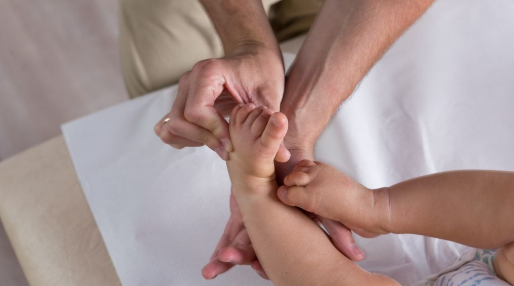 Stopa końsko-szpotawa (szpotawość stópek) – objawy, przyczyny, leczenie, rehabilitacja